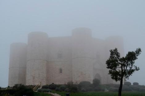 Castel del Monte niebla